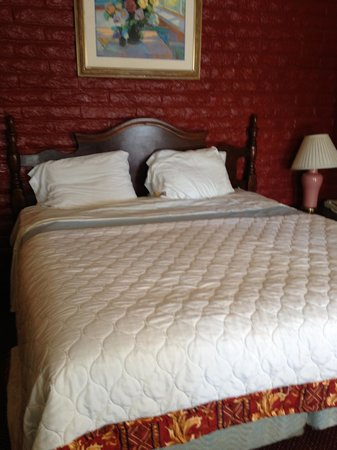 Fallbrook Country Inn: Decent bed in room