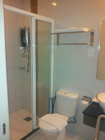 Hotel Sentral: Bathroom with seated toilet and pump-powered instant water heater