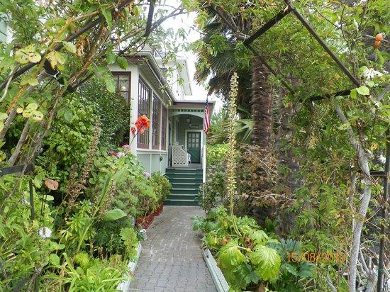 Centrella Inn: Entrance to garden area