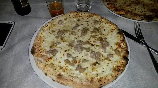 Carbondolce: Pizza rustica con funghi porcini e salsiccia