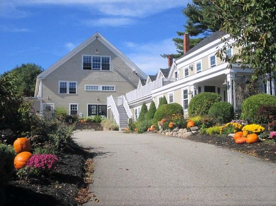 Gazebo Inn Ogunquit: View from the end of the driveway. The Barn is the building in the back w/ suites on the 2nd flo
