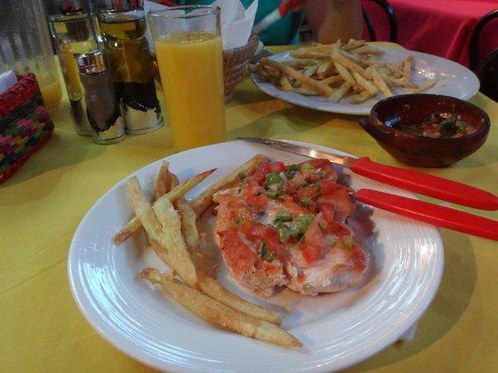 Las Delicias de Carmen: Refeição (pollo assado c/ 2 agregados)