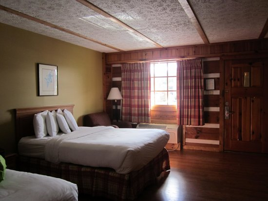Timbers Lodge: King size beds were comfortable