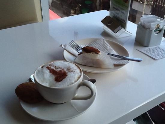 Kakiang Bakery: カプチーノとミニケーキ
