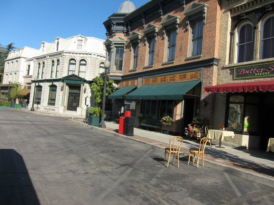 Warner Bros. Studio Tour Hollywood: street facade
