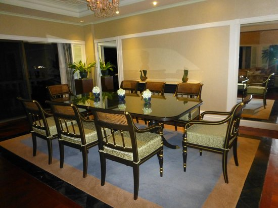 Dusit Thani Hua Hin: Dining room fit fora butler...
