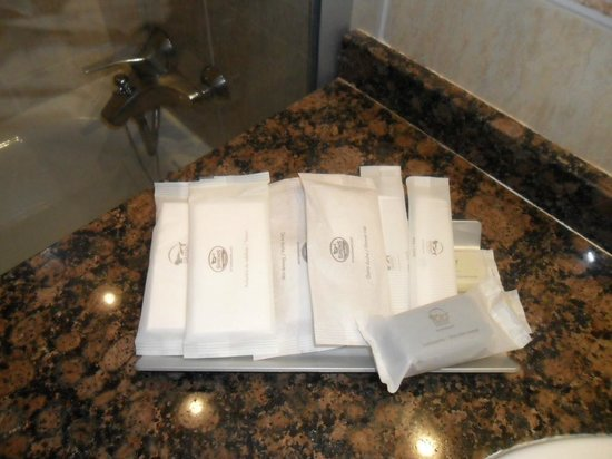 TUI Family Life Sirenis Aura: Nice selection of freebies in the bathroom.