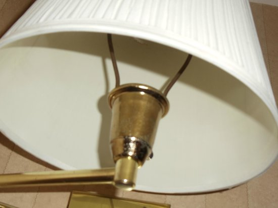 Villas at Tree Tops and Fairway: There was literally no bulb in the lamp. How can you make such dumb mistakes?!
