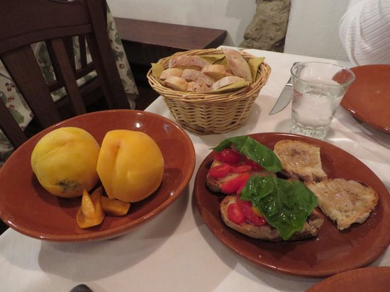 La botte pazza : Fresh peaches for the wine, and bruschetta