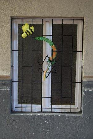 Leo Frankel Synagogue: Local window