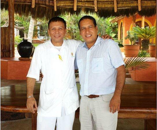 Las Alamandas: Con Tony, mesero del hotel que nos atendio estupendamente!