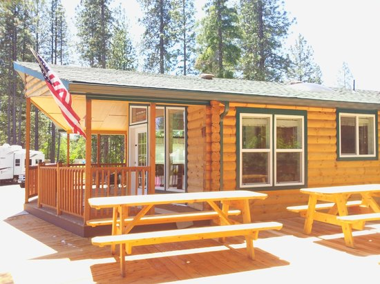 Lone Mountain RV Resort: Log Cabin large Deck