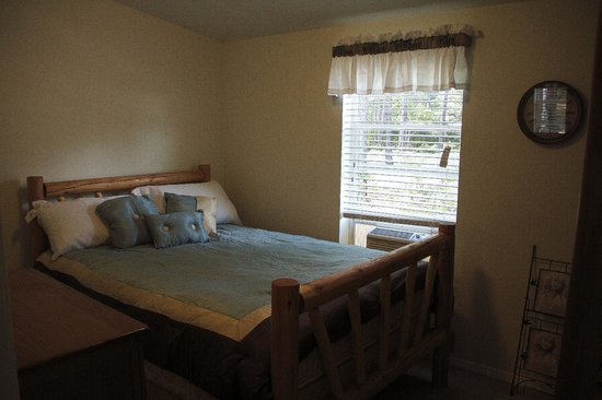 Lone Mountain RV Resort: Log Cabin Second Bedroom
