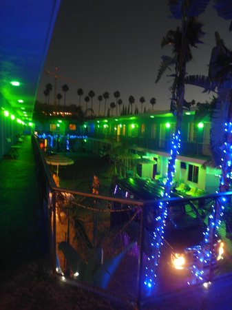 Banana Bungalow Hollywood: Hostel at night
