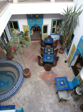 Riad Les Lauriers Blancs: View down into central courtyard