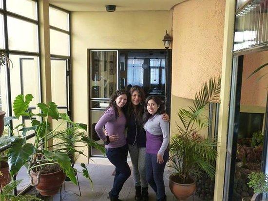 Hostal Arequipa Inn : el pasadizo q une la parte de las habitaciones con las areas de sala y cocina, vista del jardin