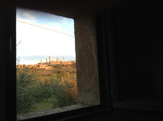 B&B Ponte a Nappo: View of the town of San Gimignano through the bathroom window