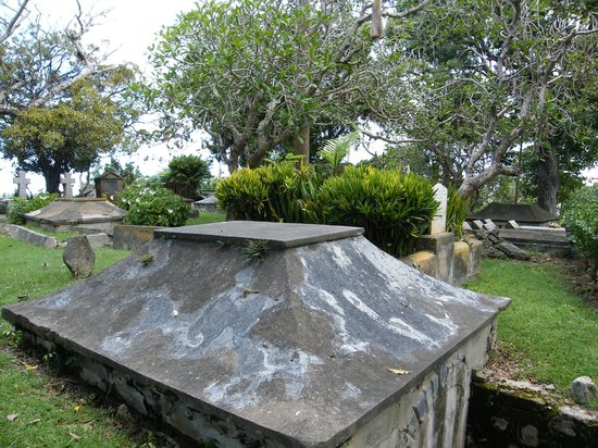 St. John's Parish Church: grave and the garden at the back