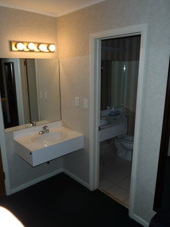 Magnuson Grand Pioneer Inn and Suites: bathroom