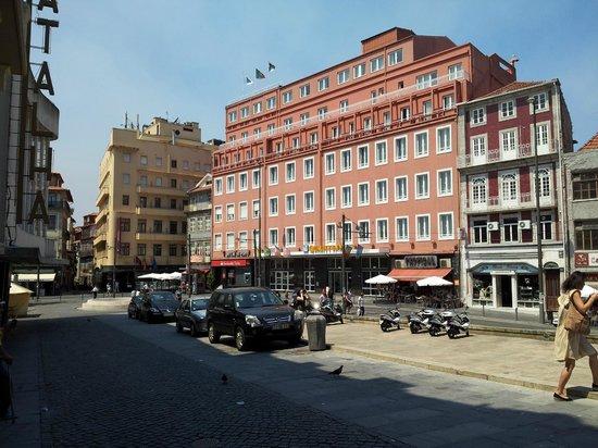 Vista externa do Hotel Quality Inn Porto, na Praça da Batalha.