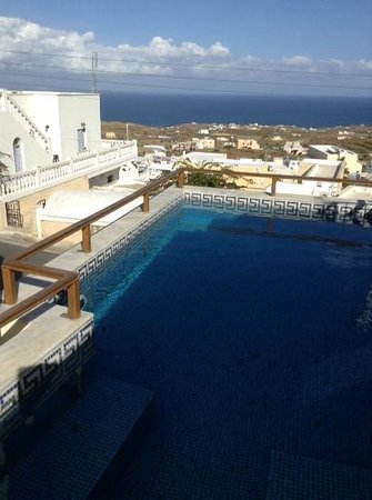 Anemomilos Suites: swimming pool overlookig the sea