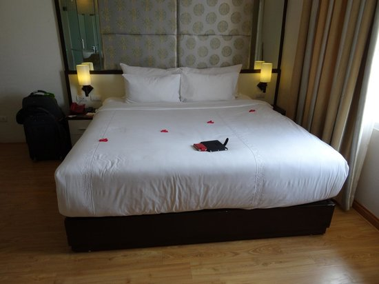 Rising Dragon Villa Hotel: My bed plus rose petals!!
