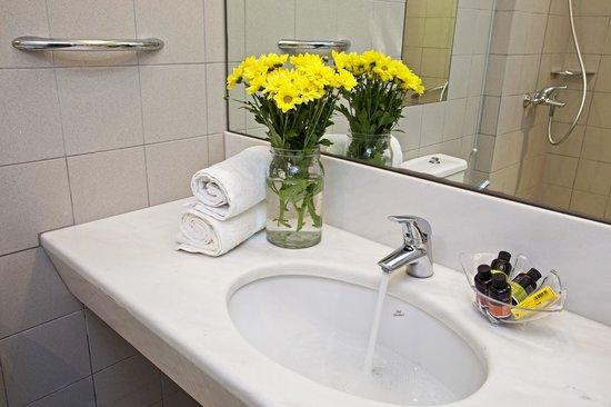Hotel Perrakis: Bathroom