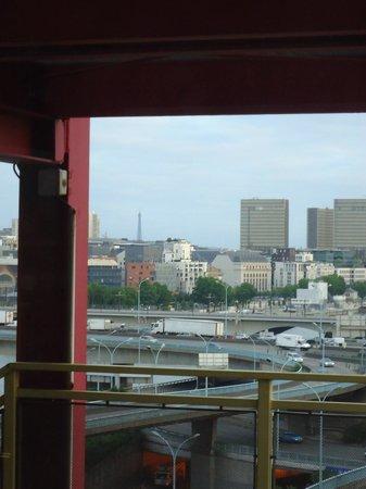 Ibis Styles Paris Bercy: Да, башня в дымке, но ее видно. Особенно ночью она хороша.