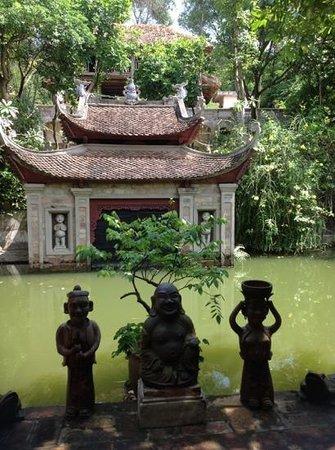 Thanh Chuong Viet Palace: вид на прудик с веранды ресторана