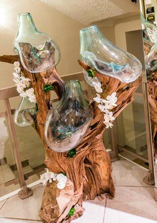 Hotel Esprit d'Azur: Un arredo particolare:  un tronco di legno con bottiglie di vetro adattate a caldo