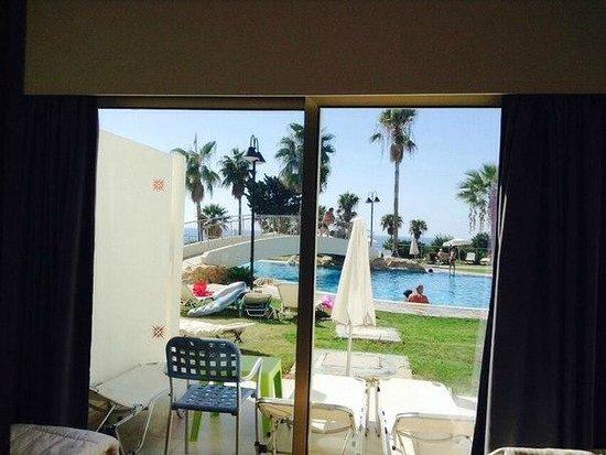 Cyprotel Laura Beach Hotel: Вышла и в бассейн))