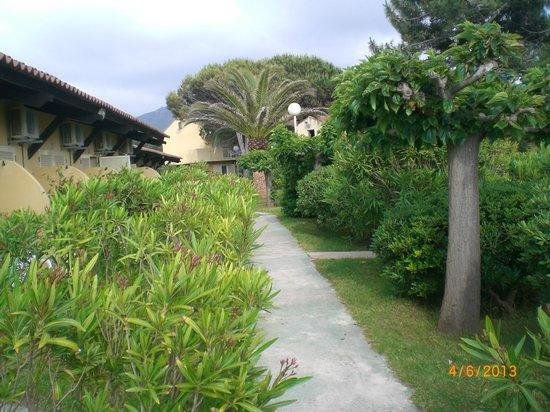Marina di Lava : allée menant aux chambres