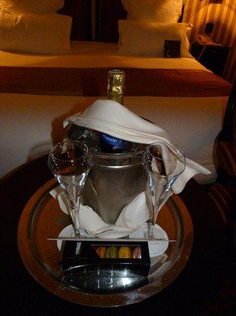 Hôtel Barrière Le Majestic Cannes : champagne en chambre