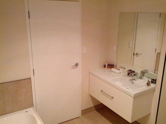 Astra Motor Lodge: Bathroom
