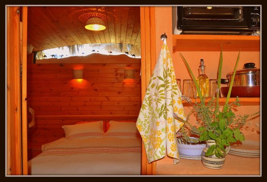The Well Guesthouses - Zimmerbus: View into couple bedroom of airport bus