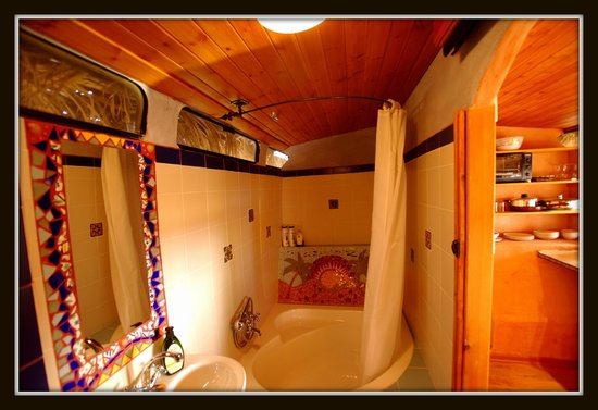The Well Guesthouses - Zimmerbus: Bathroom of airport bus