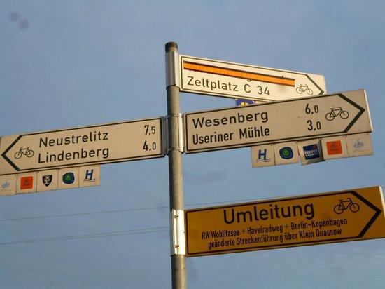 Pension & Gasthof Storchennest: Hinweisschilder, davon gints an jeder Ecke eins