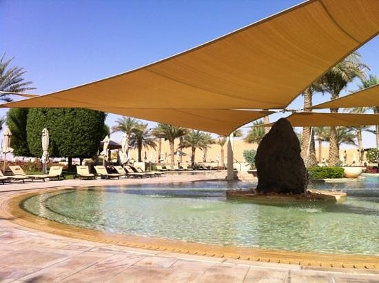 Qasr Al Sarab Desert Resort by Anantara: the pool area