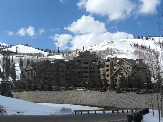 Montage Deer Valley: Blick auf das Hotel von der Strasse