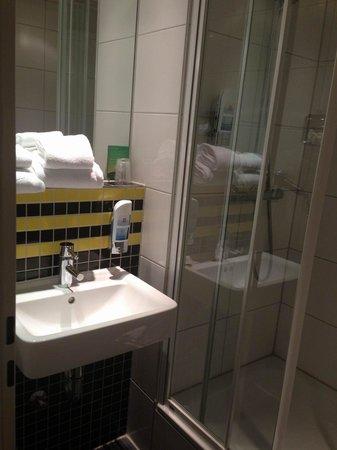 MEININGER Hotel Frankfurt/Main Airport: Mini-Bad im 3 (!!)-Bett-Zimmer.