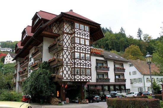 Hotel Hirsch: Blick auf das Hotel bei der Ankunft.