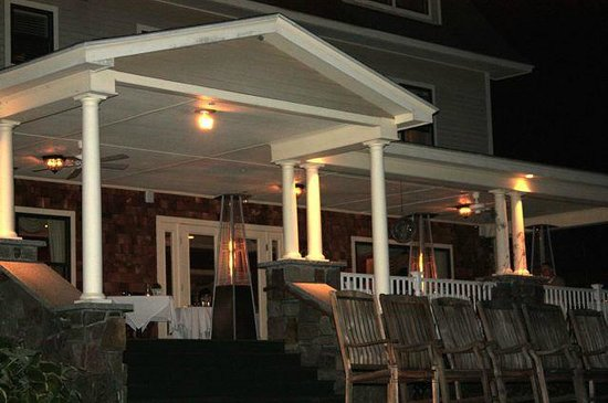 The Inn at Thorn Hill & Spa: Dining on the wraparound porch was romantic.