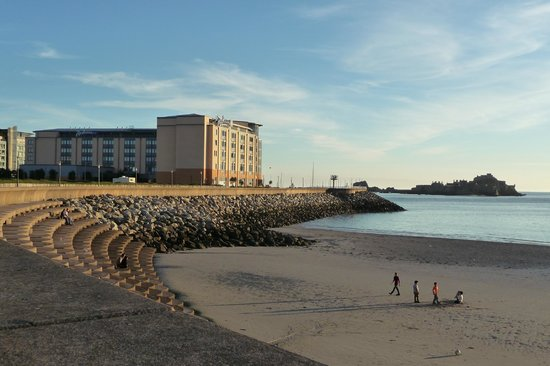 Radisson Blu Waterfront Hotel, Jersey: View of hotel from promenade