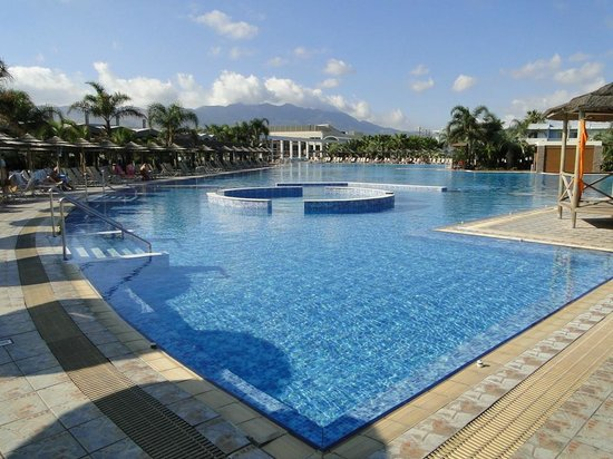Blue Lagoon Resort: Basen i otoczenie