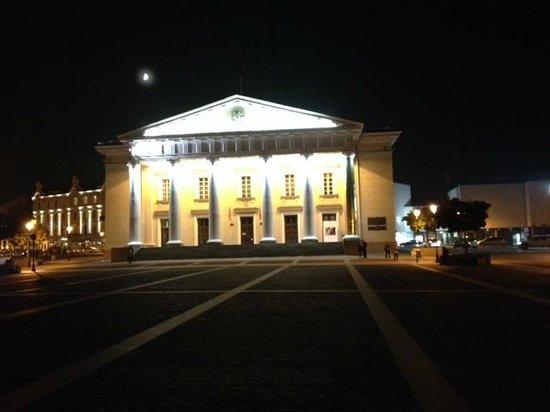 Town Hall (Rotuse) : bij avond van het plein