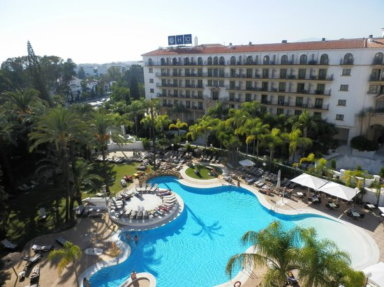 H10 Andalucia Plaza : Building in the shade