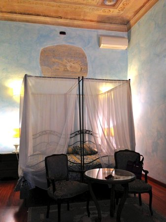 Palazzo dal Borgo Hotel Aprile : Our room-artist painted high ceilings and canopy bed!