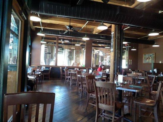 Schlafly Tap Room: Der Gastraum und im Hintergrund die Brauerei