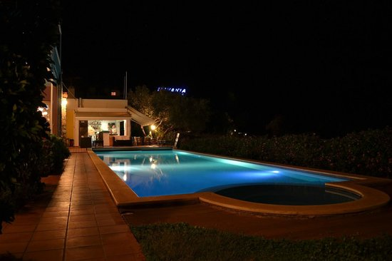 Mirabella Apartments : Night view of the pool area
