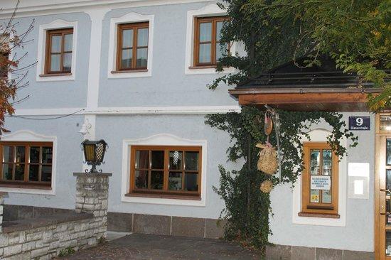 Gasthof Hotel Doktorwirt : l'entrée de l'hôtel au petit jour le lun 14/10/2013 à 8h00.